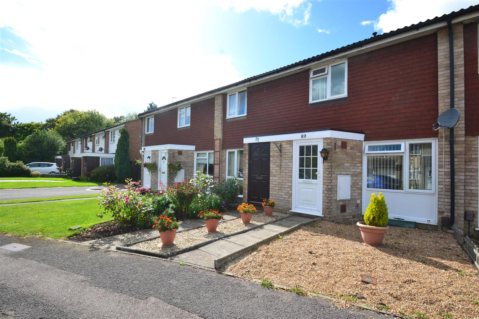 2 Bedrooms Terraced House for sale in Tanyard Way, Horley
